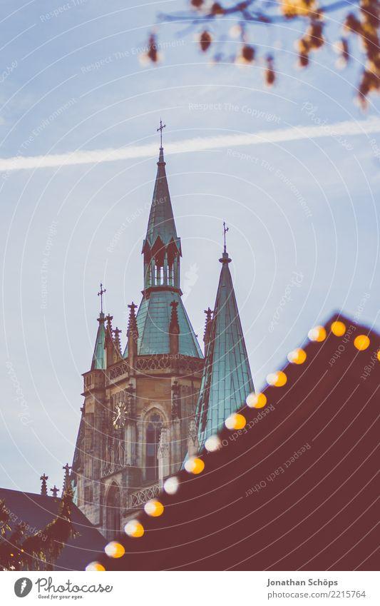 Blick auf den Erfurter Dom während des Weihnachtsmarkt I Thüringen Religion & Glaube emporragend Architektur Bauwerk Stadt Himmel Himmel (Jenseits) Kirche