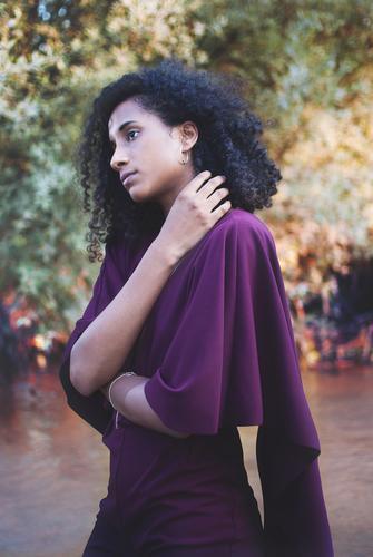exotische Frau Lifestyle Design Gesundheit Ferien & Urlaub & Reisen Abenteuer Freiheit Mensch feminin Junge Frau Jugendliche beobachten Beratung berühren Armut