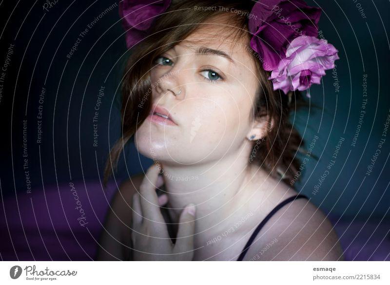 Portrait Frau mit Blumen elegant Stil schön Körperpflege Haare & Frisuren Haut Gesicht Gesundheit feminin Junge Frau Jugendliche Mode Accessoire berühren Denken