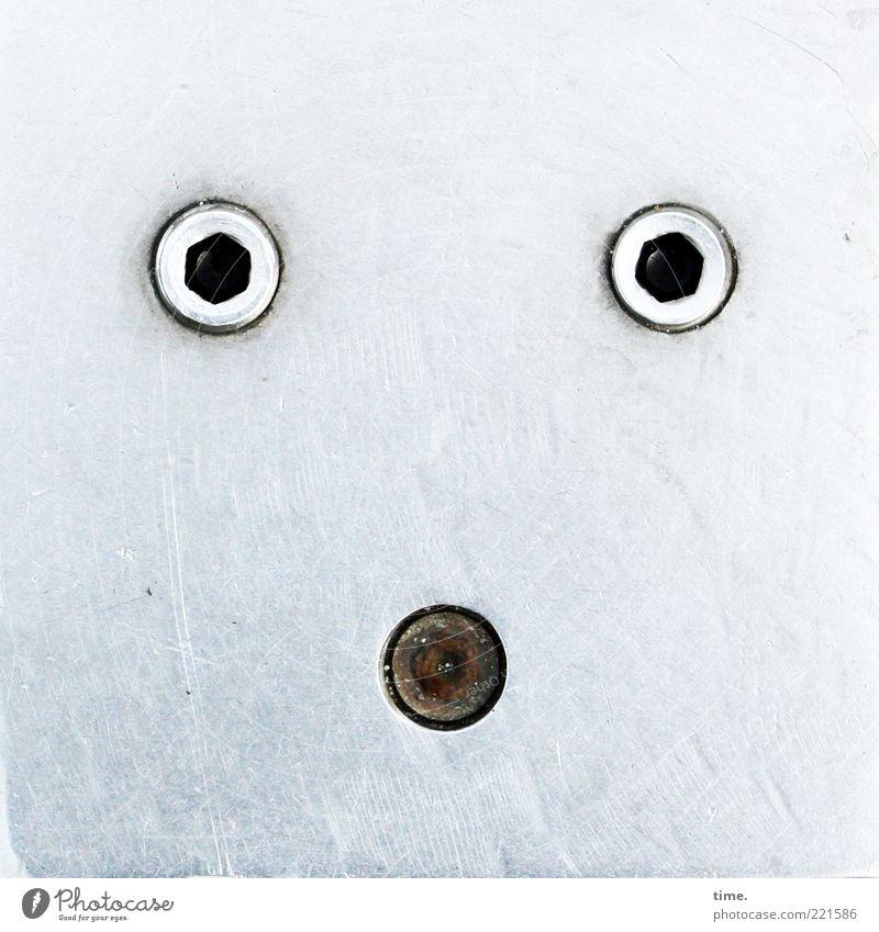 Gesichter der Stadt | Ratlos vorm Rathaus weiß schwarz grau Metall Metallwaren Rost silber Riss Schraube Abdeckung Textfreiraum Bodenplatten Licht