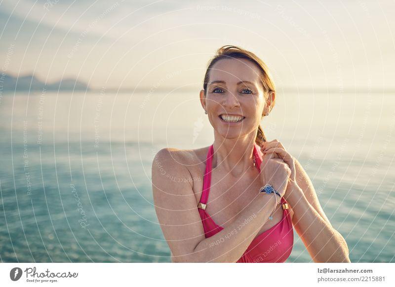 Glückliche lächelnde Frau von mittlerem Alter an der Küste Mensch Ferien & Urlaub & Reisen alt Sommer schön Meer Erholung Strand Gesicht Erwachsene Wärme