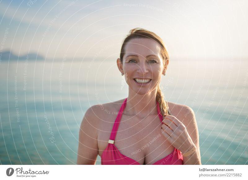 Glückliche lächelnde Frau von mittlerem Alter an der Küste schön Haut Gesicht Wellness Erholung Ferien & Urlaub & Reisen Tourismus Sommer Strand Meer Erwachsene