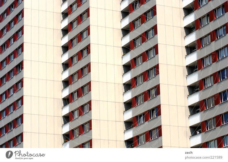 schöner wohnen Deutschland Stadt Haus Hochhaus Architektur Plattenbau Fassade Fenster eckig groß rot weiß Einsamkeit Farbfoto Außenaufnahme Menschenleer Tag