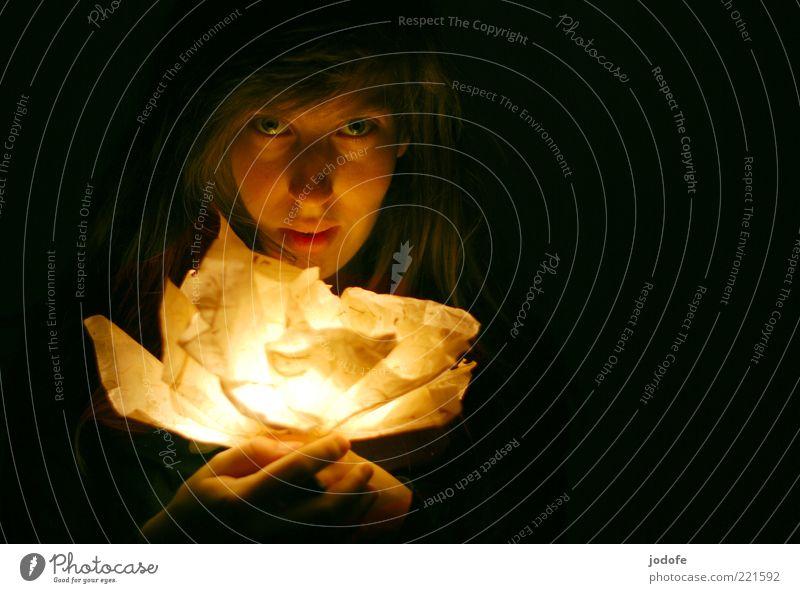 Licht Mensch Frau Jugendliche Junge Frau Hand 18-30 Jahre dunkel Gesicht Erwachsene Wärme Beleuchtung feminin Lampe hell leuchten Geschenk