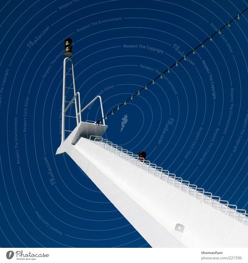 Give me a sign weiß Meer blau Ferien & Urlaub & Reisen oben Wasserfahrzeug Metall hoch Perspektive modern Ordnung Kommunizieren Schifffahrt Glühbirne Mast Fähre