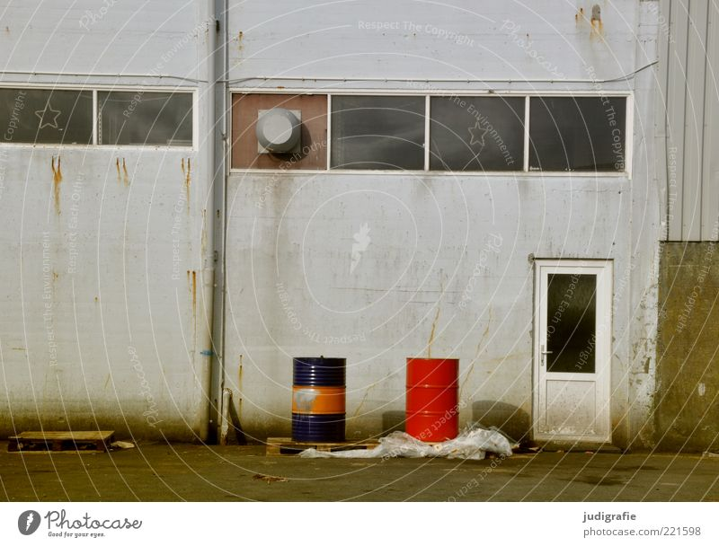 Färöer Tórshavn Føroyar Menschenleer Haus Industrieanlage Gebäude Mauer Wand Tür trashig rot Fass Werkstatt Ölfass Farbfoto Gedeckte Farben Außenaufnahme Tag