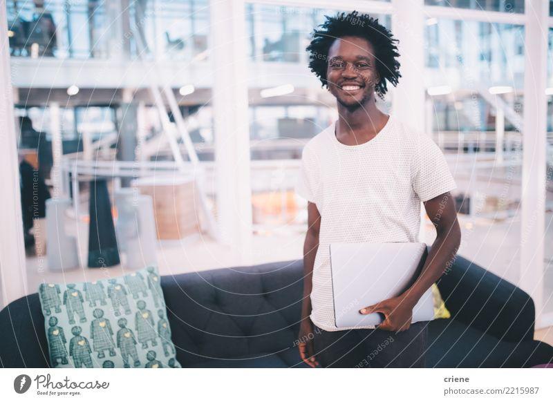 Jugendliche Mann Gesicht Erwachsene Lifestyle Gefühle Business Arbeit & Erwerbstätigkeit Büro Technik & Technologie Erfolg Lächeln fahren selbstbewußt Notebook