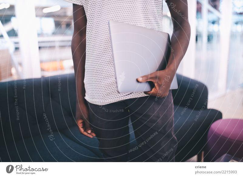 Junger Erwachsener, der Laptop im Büro hält Erfolg Arbeit & Erwerbstätigkeit Business Technik & Technologie Mann Afro-Look fahren Gerät digital Notebook