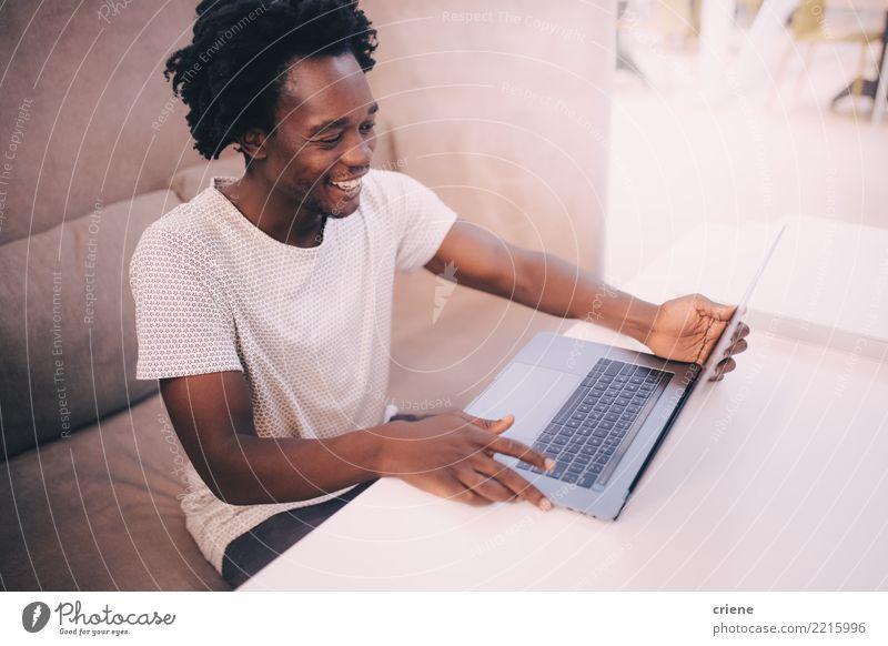 Junger Geschäftsmann, der das Geschäftstreffen online hat Lifestyle Glück Erfolg Arbeit & Erwerbstätigkeit Büro Business Sitzung sprechen Notebook