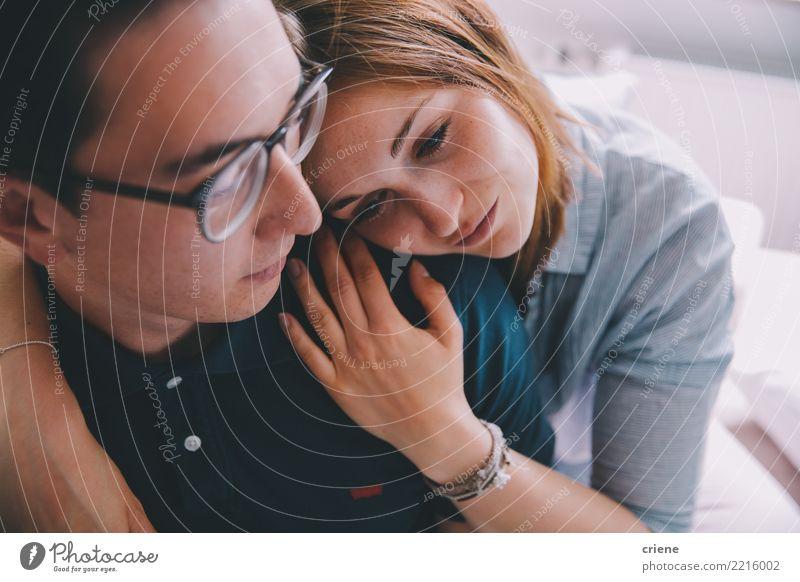 Tausendjährige Paare, die sich umarmen Haus Wohnzimmer Frau Erwachsene Mann Jugendliche Lächeln Liebe Umarmen Zusammensein niedlich Gefühle Vertrauen Romantik
