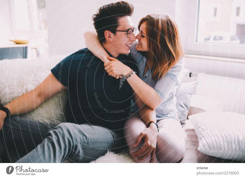 Nette junge erwachsene Paare, die Spaß zu Hause haben Frau Jugendliche Mann Erholung Freude Erwachsene Liebe Gefühle Glück Zusammensein Freizeit & Hobby Lächeln