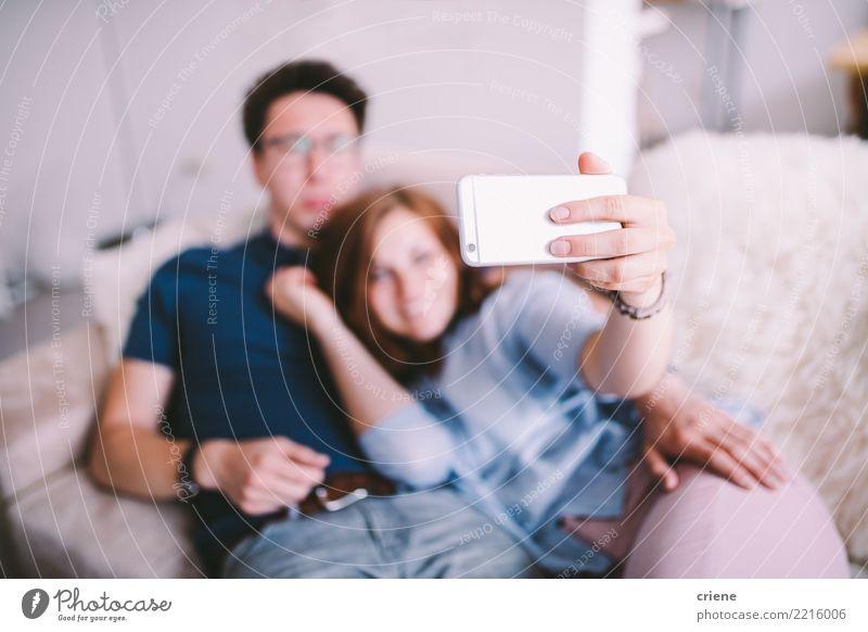 Paare, die zu Hause selfie mit Telefon nehmen Freude Glück Technik & Technologie Mensch Jugendliche Erwachsene lachen Umarmen Zusammensein Romantik