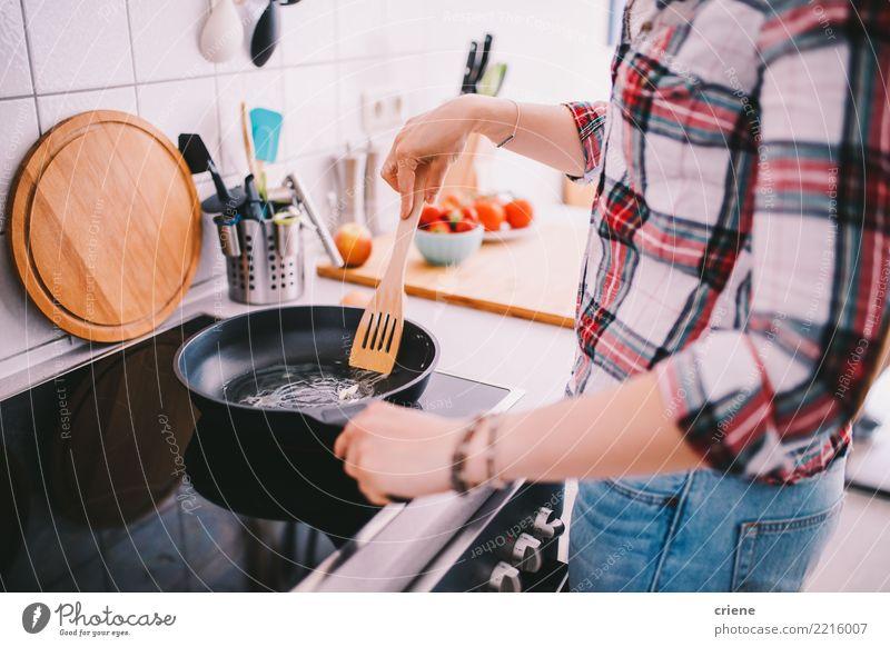 Nahaufnahme der Frau kochend in der Küche Diät Pfanne Lifestyle Freizeit & Hobby feminin Erwachsene heiß hell Lebensmittel Herd Küchenchef Essen zubereiten