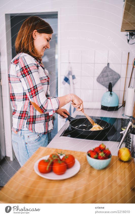 Frau, die Frühstück in der Küche vorbereitet Gemüse Frucht Diät Pfanne Freude Glück Gesunde Ernährung feminin Erwachsene Jugendliche heiß hell Lebensmittel Herd