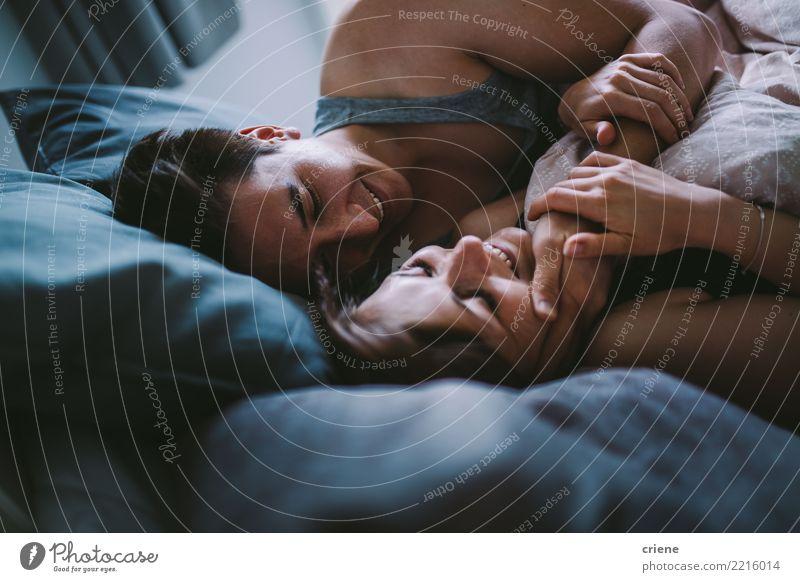 Glückliches Paar, das morgens in gemütliches Bett streichelt Frau Jugendliche Mann Erholung Haus Freude Winter Erwachsene Herbst Liebe Gefühle lachen