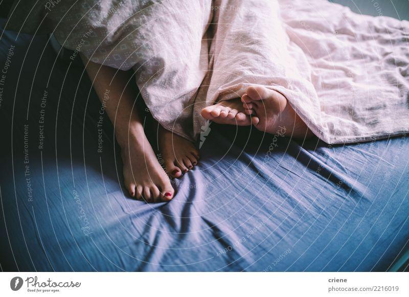 Nahaufnahme der Paarumarmung im Bett Pediküre Erholung Haus Schlafzimmer Mensch Frau Erwachsene Mann Fuß Liebe Umarmen Zusammensein Romantik Müdigkeit bequem