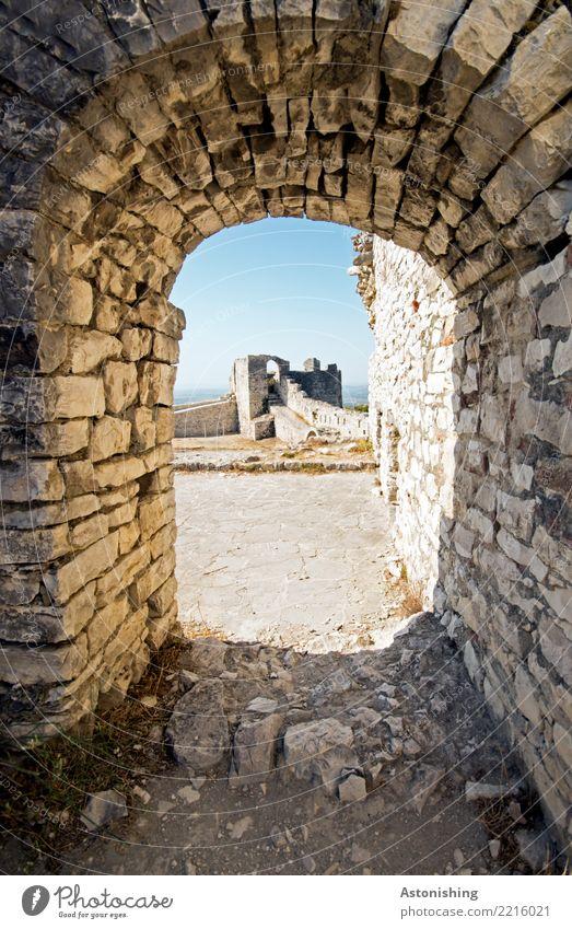 Berat Castle Umwelt Himmel Wolkenloser Himmel Horizont Sonne Sommer Wetter Schönes Wetter Wärme Albanien Burg oder Schloss Ruine Turm Tor Bauwerk Mauer Wand