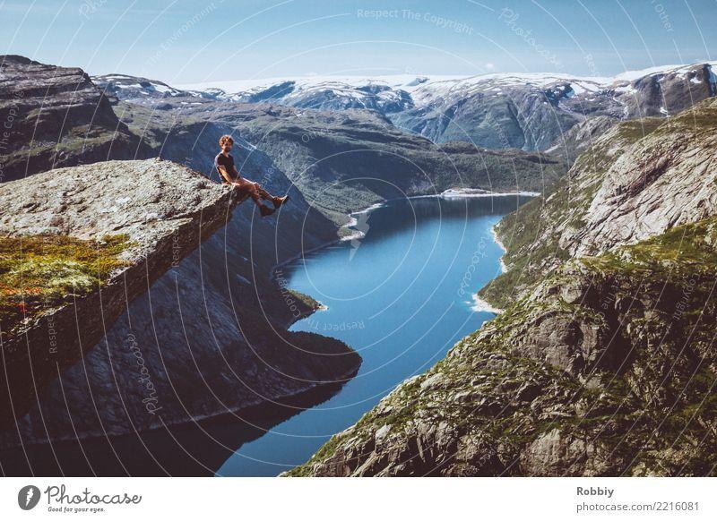 Wer nicht auf Berge steigt, kann nicht in die Ferne blicken II maskulin 1 Mensch Landschaft Felsen Berge u. Gebirge Gipfel Bucht Fjord See Norwegen