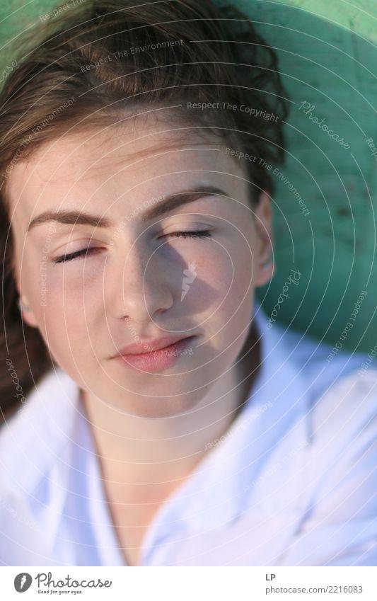 verträumtes junges Mädchen Lifestyle Stil Freude Wellness Leben harmonisch Wohlgefühl Zufriedenheit Sinnesorgane Erholung ruhig Meditation Mensch feminin
