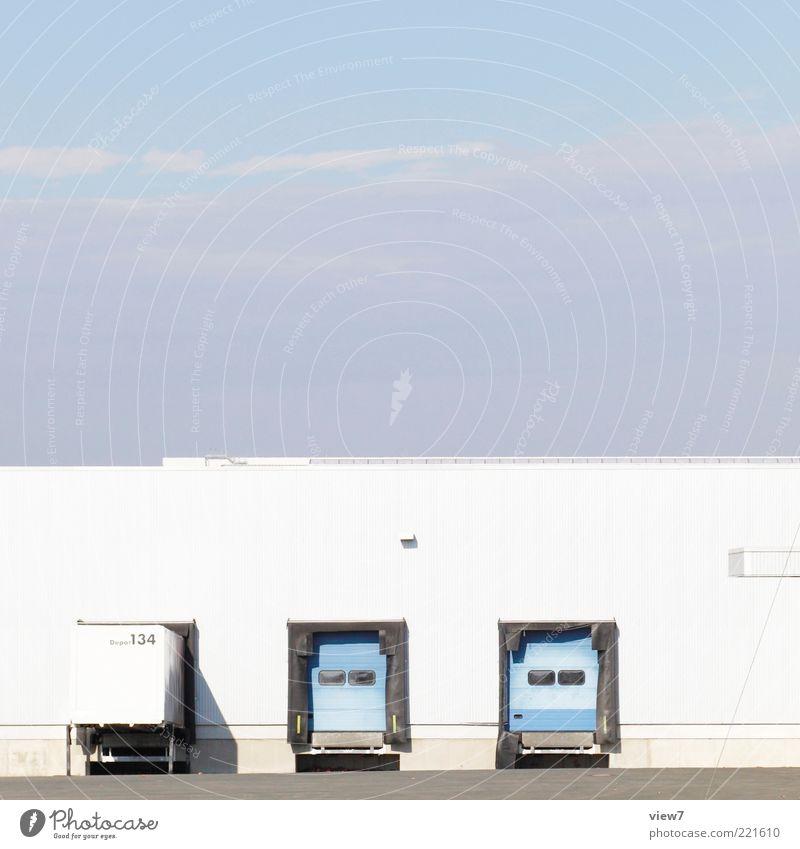 Ladezone Wirtschaft Güterverkehr & Logistik Industrieanlage Architektur Mauer Wand Fassade Verkehr Lastwagen Stein Metall Zeichen Linie Streifen stehen warten