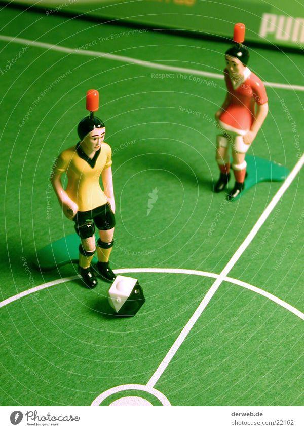 TIPP-KICKer Tischfußball Kick Fußballplatz Mittelkreis grün Spielen Freizeit & Hobby Spielfigur Rasen Mittellinie 2 Gegner Schwache Tiefenschärfe Nahaufnahme