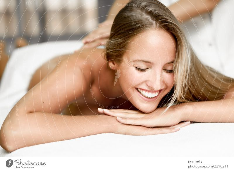 Junge blonde Frau, die Massage im Badekurortsalon hat. Mensch schön weiß Hand Erholung Gesicht Erwachsene Lifestyle Gesundheitswesen Glück Körper Haut Lächeln