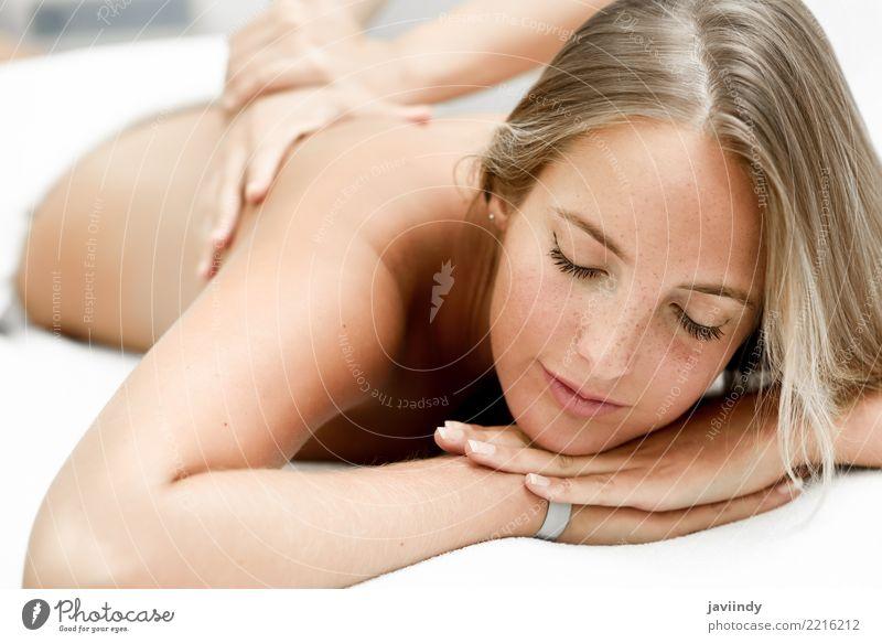 Junge blonde Frau, die Massage im Badekurortsalon hat. Mensch schön weiß Hand Erholung Freude Gesicht Erwachsene Lifestyle Gesundheitswesen Glück Körper Haut