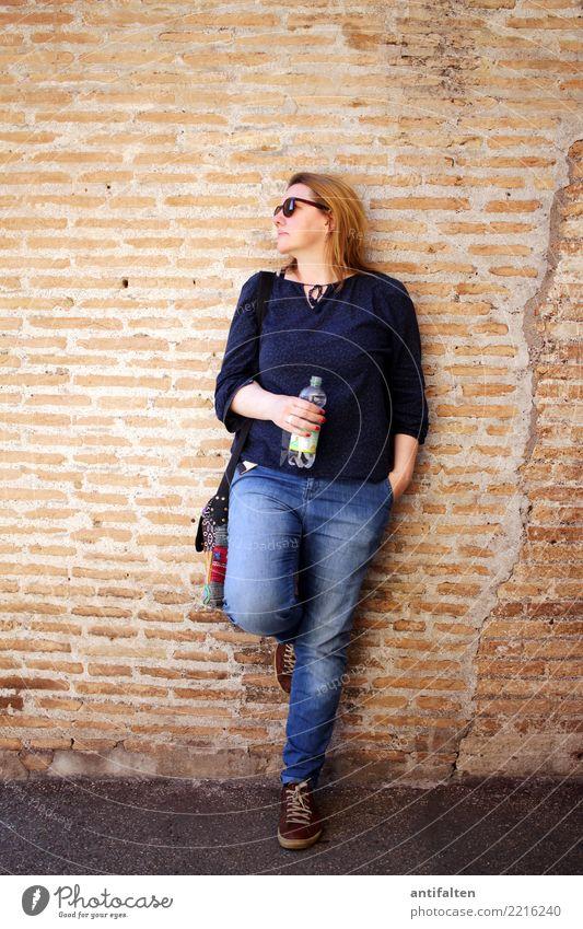 Jahreszeiten | Sommer, Sonne, Schattenplatz Frau Ferien & Urlaub & Reisen Stadt Hand Erwachsene Leben Beine Wand natürlich feminin Mauer Tourismus Fuß Paar