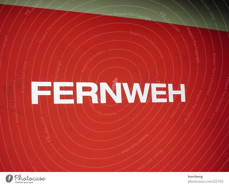 Fernweh weiß rot Wand verrückt Schriftzeichen