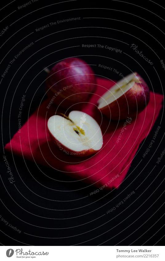 Intensive rote Äpfel, die zum schwarzen Hintergrund kontrastieren Frucht Apfel Ernährung Vegetarische Ernährung Diät Teller Tisch Menschengruppe E-Mail Natur