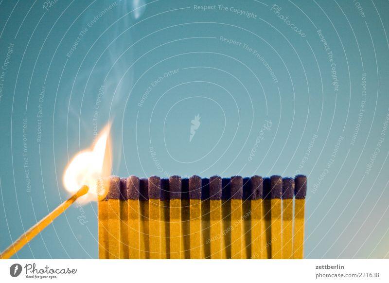 Feuer 2 Brand Streichholz Flamme brennen Pyrotechnik anzünden Brandstifter Innenaufnahme Rauch Rauchen bedrohlich gefährlich brennbar Hintergrund neutral