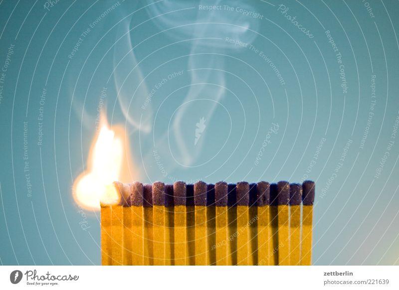 Feuer 3 Brand gefährlich bedrohlich Rauchen Abgas brennen Flamme Streichholz Emission anzünden Technik & Technologie brennbar entzündet Pyrotechnik