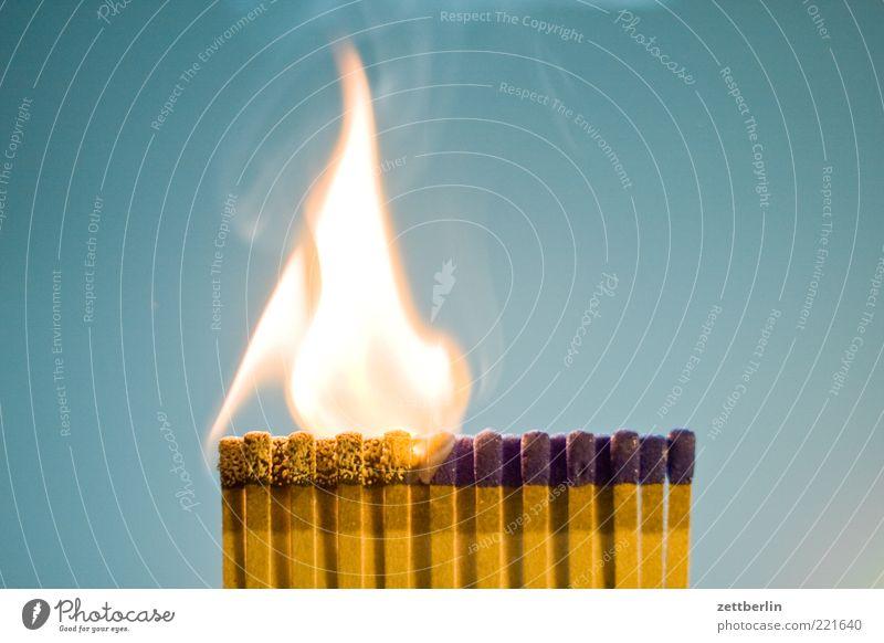 Feuer 4 Brand Streichholz Flamme brennen Pyrotechnik anzünden Brandstifter Innenaufnahme Rauch Abgas Rauchen bedrohlich gefährlich entzündet heiß