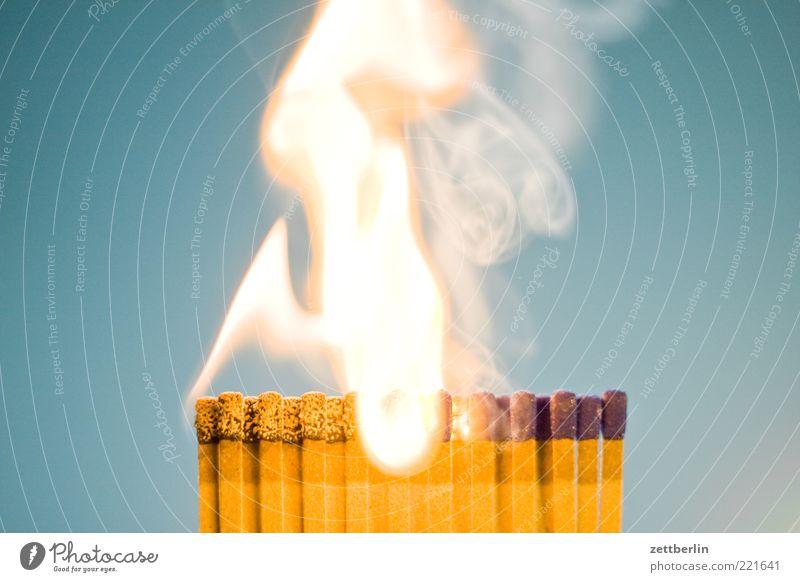 Feuer 5 hell Brand gefährlich bedrohlich Rauchen Abgas brennen Flamme Streichholz anzünden brennbar Pyrotechnik
