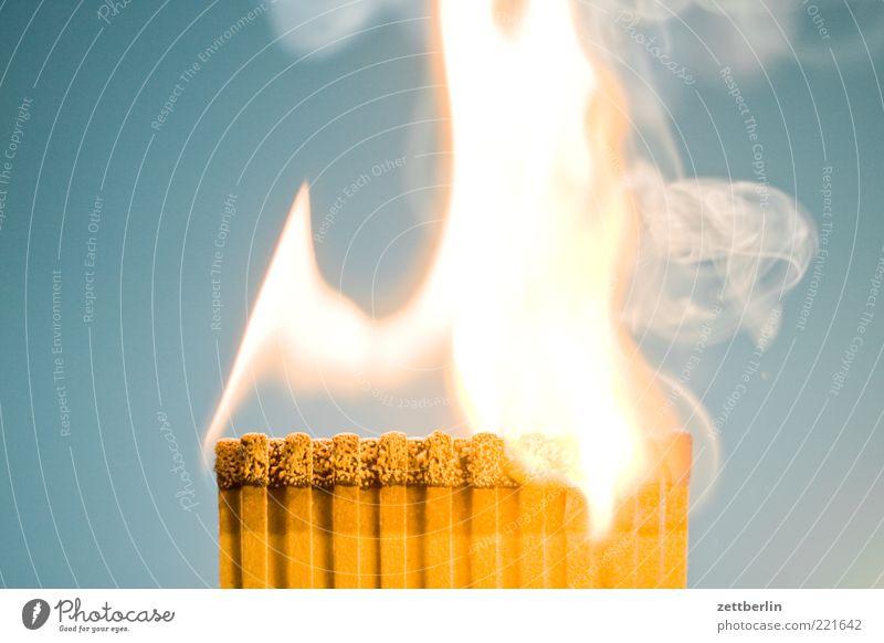 Feuer 6 Brand Streichholz Flamme brennen Pyrotechnik anzünden Innenaufnahme Rauch Abgas Rauchen bedrohlich gefährlich hell brennbar Hintergrund neutral