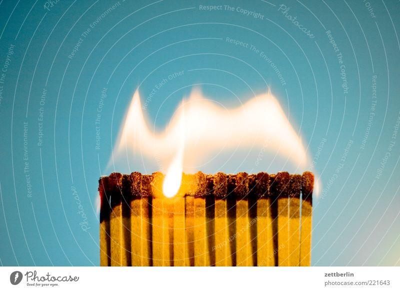 Feuer 7 Brand Streichholz Flamme brennen Pyrotechnik anzünden Innenaufnahme Rauch Abgas Rauchen bedrohlich gefährlich heiß brennbar hell Textfreiraum oben