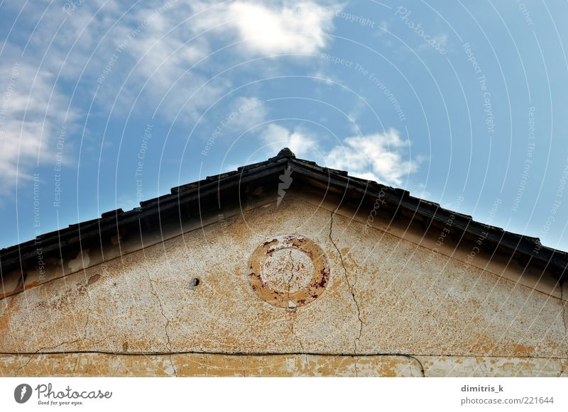 Himmel alt Wolken Architektur Stein Gebäude Perspektive retro Dach verfallen Fliesen u. Kacheln Verfall Ruine Riss Oberfläche Symmetrie
