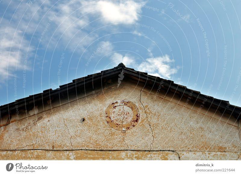 neoklassisches Hausdach Himmel Wolken Ruine Gebäude Architektur Dach Stein alt verblüht retro Perspektive Symmetrie Verfall Verlassen Eckstoß wackelig