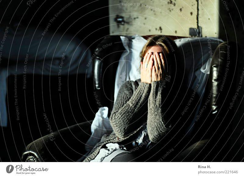 Nicht sehen... Frau Erwachsene 1 Mensch Pullover Jacke authentisch dunkel grau schwarz Gefühle Schutz Traurigkeit Enttäuschung Scham Hemmung Angst Sessel Hand