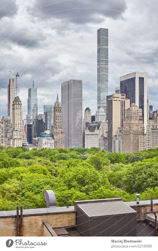 New York City Skyline mit stürmischen Wolken. Himmel Sommer Baum Wohnung Häusliches Leben Büro Hochhaus Aussicht authentisch USA Grafik u. Illustration Dach neu