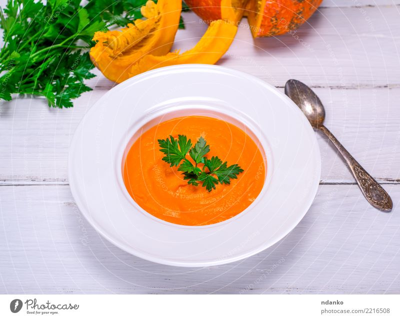 Kürbissuppe pürieren Gemüse Suppe Eintopf Essen Mittagessen Abendessen Bioprodukte Vegetarische Ernährung Diät Teller Löffel Tisch Herbst Holz frisch heiß oben
