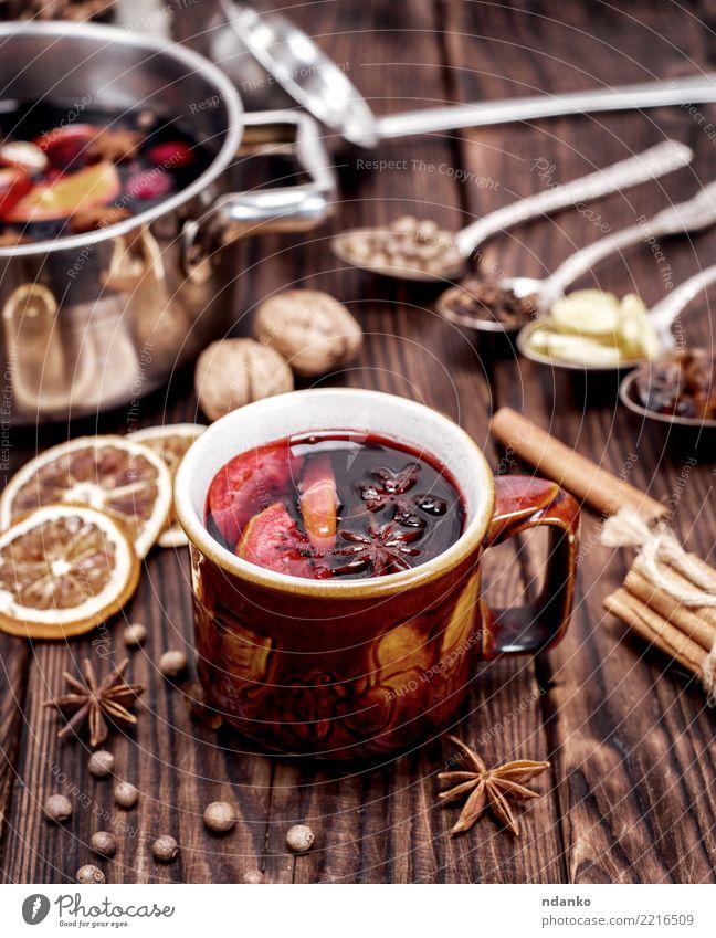 Glühwein im braunen Becher Frucht Kräuter & Gewürze Getränk Alkohol Tasse Löffel Winter Tisch Feste & Feiern Weihnachten & Advent Holz heiß natürlich rot