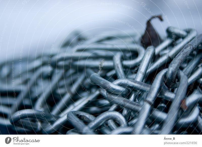 Flüchtig I Kettenglied Metall einfach fest glänzend blau silber weiß Kraft Befestigung stagnierend Metallwaren Haufen Farbfoto Gedeckte Farben Außenaufnahme