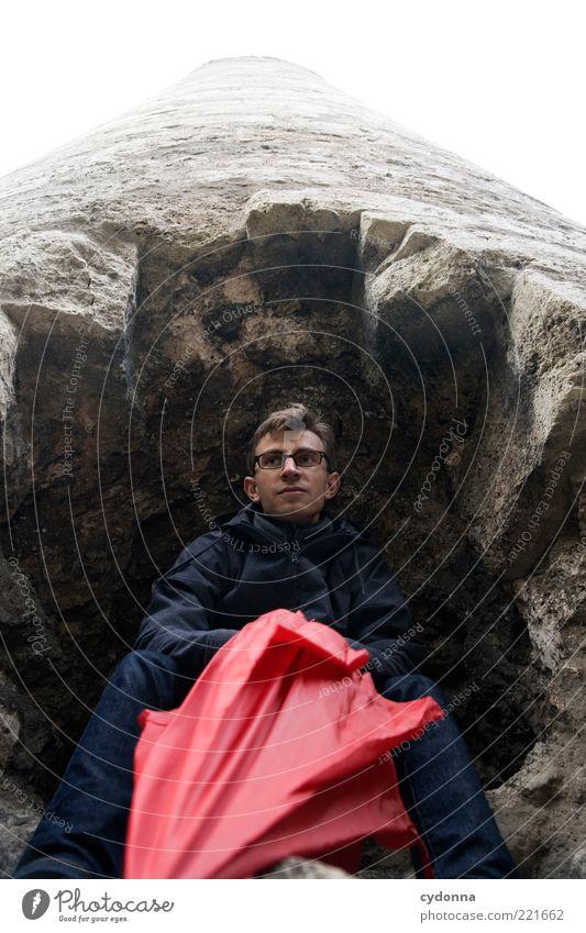 Zuflucht Mensch Jugendliche rot ruhig Einsamkeit Leben Wand Mauer Regen Zufriedenheit warten Erwachsene Wetter Zeit Felsen Ausflug