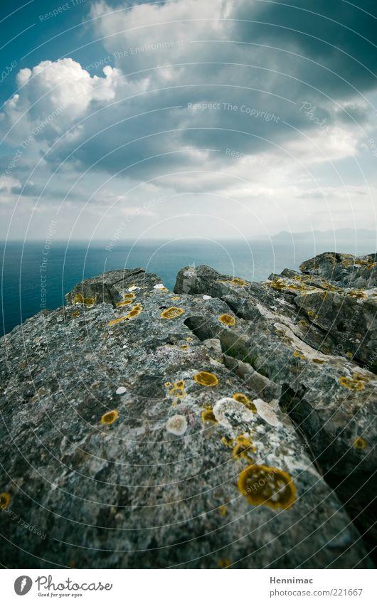 Abgrundtief schön dort. Himmel Natur Wasser blau Meer Wolken Ferne gelb dunkel Gefühle Freiheit Berge u. Gebirge grau Landschaft Umwelt Stein