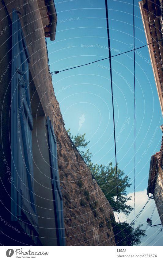 verleitet grün blau schwarz Haus Fenster grau Stein braun Fassade Kabel Dorf Laterne Frankreich Leitung Blauer Himmel Gasse