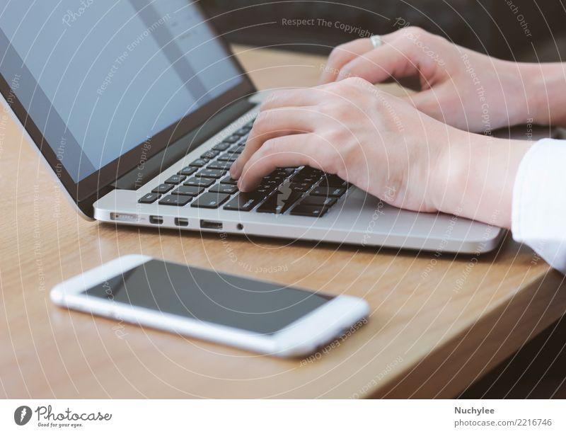 Frau am Laptop tippen Tisch Erfolg Schule Arbeit & Erwerbstätigkeit Büro Business Telefon PDA Computer Notebook Technik & Technologie Mensch Erwachsene Hand