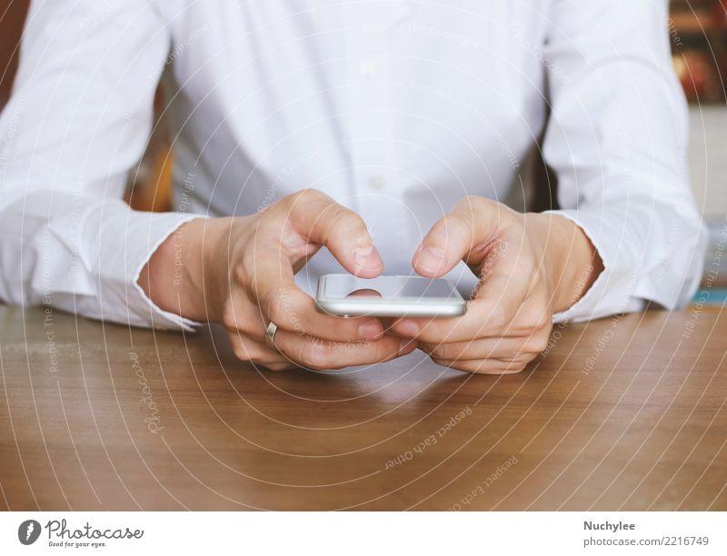 Nahaufnahme der Hände mit dem Smartphone Arbeit & Erwerbstätigkeit Büro Business Telefon Handy PDA Bildschirm Internet Frau Erwachsene Mann Medien berühren