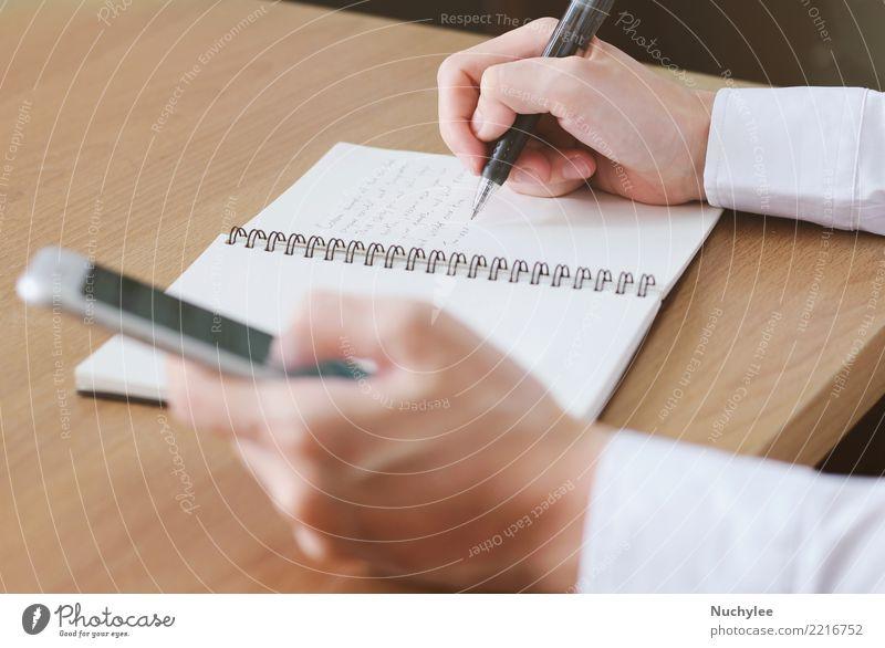 Handschrift auf Notebook mit Smartphone verwenden Frau Mann Erwachsene Business Arbeit & Erwerbstätigkeit Büro modern Papier berühren Information Telefon neu