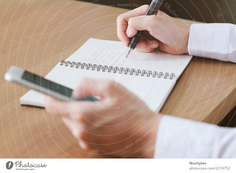 Handschrift auf Notebook mit Smartphone verwenden Arbeit & Erwerbstätigkeit Büro Business Telefon Handy PDA Bildschirm Internet Frau Erwachsene Mann Medien